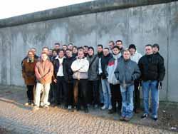 Gruppenbild an der Mauergedenkstätte Bernauer Straße.
