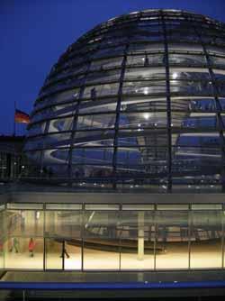 Die Reichstagskuppel im Abendlicht.