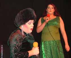 Show vor Mitternacht – Tilly Creutzfeld-Jakob und Kaey Tering als Die Showlets auf der AHA-Bühne.