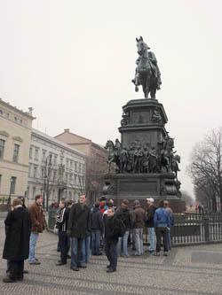 Am Standbild Friedrich des Großen.