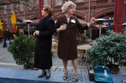 Stadtrundfahrt 2007: Vera erklärt den Hackeschen Markt.