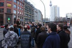 Stadtrundfahrt 2007: Am Hackeschen Markt – Alles lauscht gebannt.