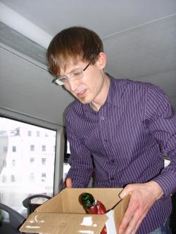 17 Stadtrundfahrt: Norman sammelt leere Flaschen ein