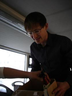 16 Stadtrundfahrt: Norman sammelt leere Flaschen ein