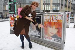 Am Hackeschen Markt: Vera Titanic bewundert Romy Haag.