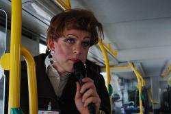 Vera hält am Kulturforum Ausschau nach einer Gelegenheit für eine kollektive Pinkelpause.