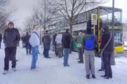 Schwuppen im Schnee 2009: Pause am Homomahnmal im Tiergarten.