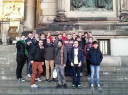 Stadtrundfahrt: Gruppenbild am Berliner Dom