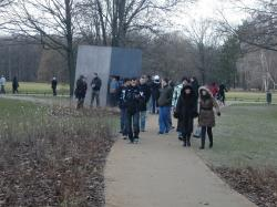 Am Denkmal für die im Nationalsozialismus   verfolgten Homosexuellen